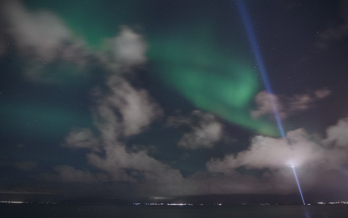 Aurora boreal sobre el Imagine Peace Tower, Reikiavik.